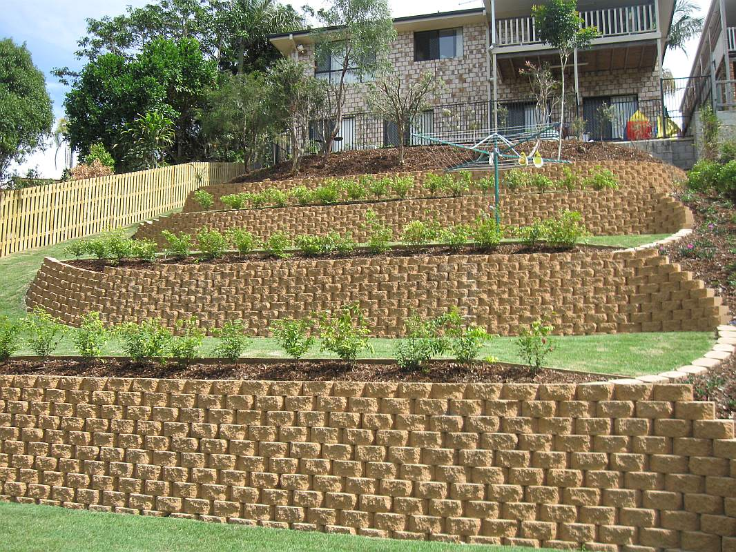 Landscaping design and construction by bizscapes for Block wall landscape design